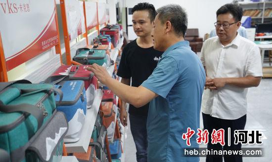 河北省市场监督管理局标准技术处负责人到白沟新城车旅旅游用品厂调研。 冯云 摄