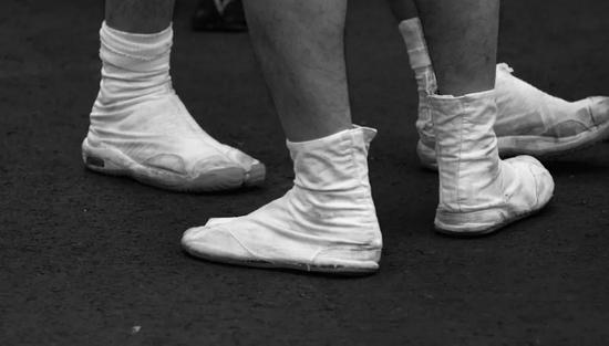 以Tabi袜套演变而来的Jikatabi运动鞋款